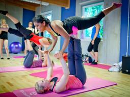 Handstände, Unterarmstand und Double-Akrobatik-Elemente am Boden
